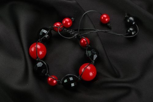 Bracelet with red and black beads - MADEheart.com