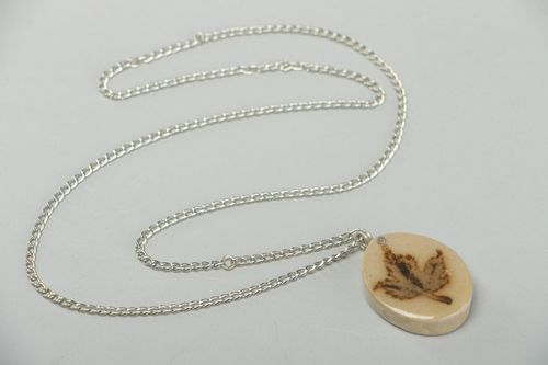 Handmade round neck pendant with leaf in epoxy resin interesting gift - MADEheart.com