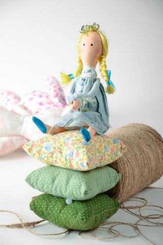 Toy made of natural materials The Princess and the Pea - MADEheart.com