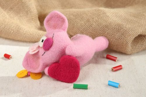 Soft toy made from wool Pig in love - MADEheart.com