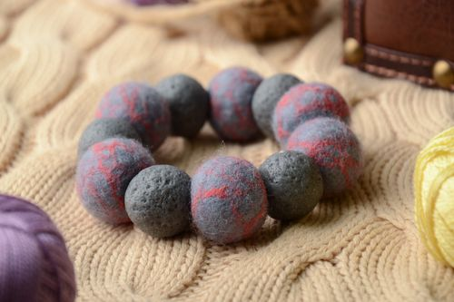 Grey felted wool bracelet - MADEheart.com