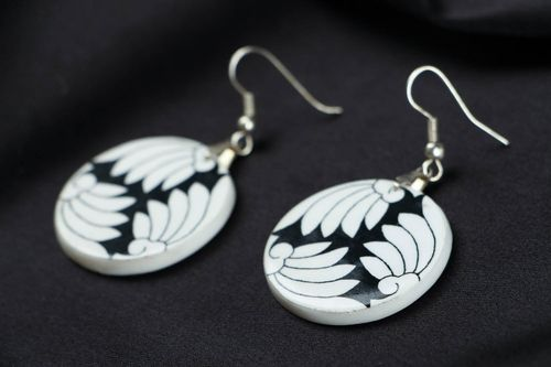 Black and white earrings made of polymer clay - MADEheart.com