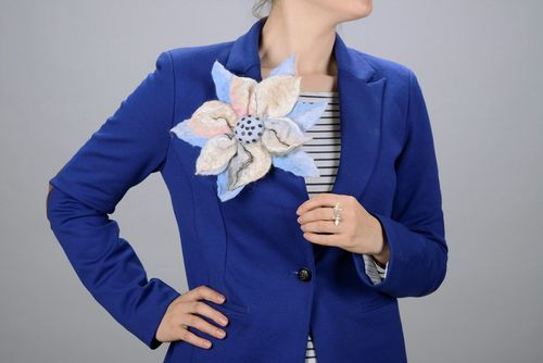 Wool brooch Blue flower - MADEheart.com