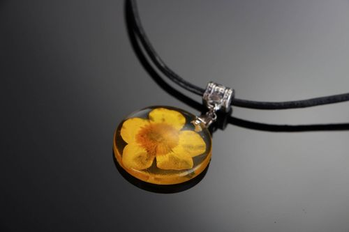 Pendant made of epoxy with buttercup - MADEheart.com