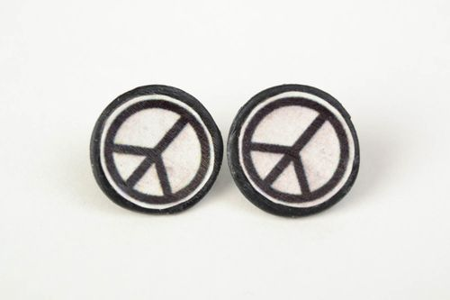 Handmade stud earrings made of polymer clay black and white peace sign  - MADEheart.com