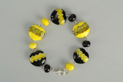 Handmade bracelet with yellow and black glass beads - MADEheart.com