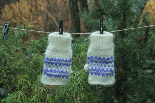 Woolen mittens with blue pattern - MADEheart.com