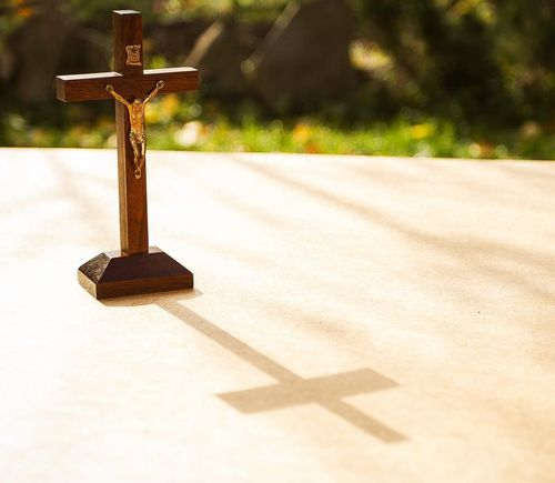 Crucifix de table en bois - MADEheart.com