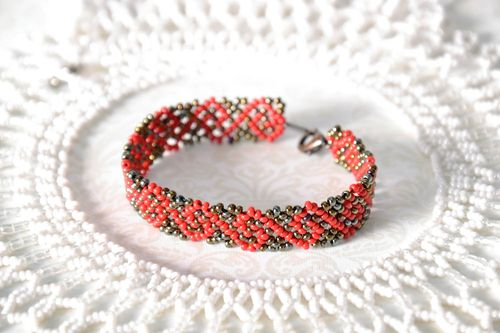Beaded bracelet with pattern - MADEheart.com