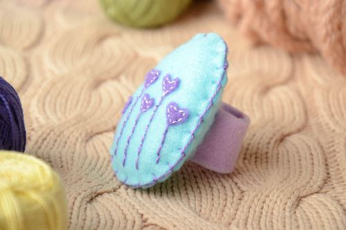 Handmade cutlery decor in the shape of blue and violet felt ring for table setting - MADEheart.com