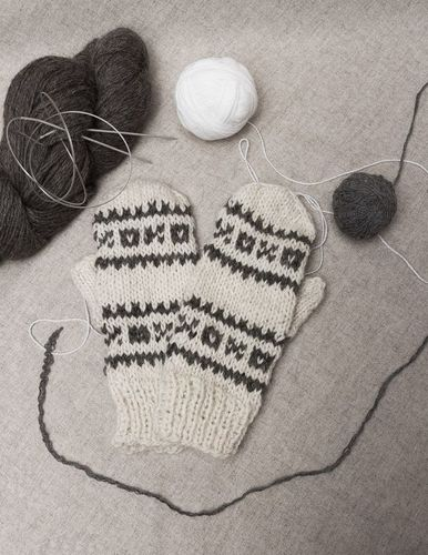 Womens mittens with beautiful pattern - MADEheart.com