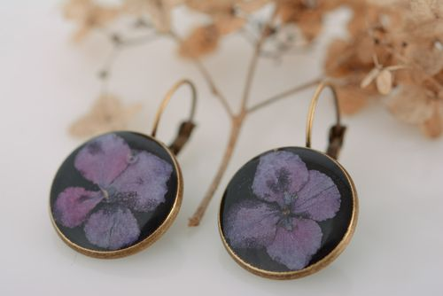 Homemade round black dangle earrings with violet flowers in epoxy resin - MADEheart.com