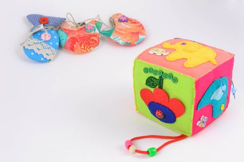 Educational cube toy made of felt with animals - MADEheart.com