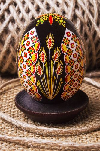Painted egg on Easter - MADEheart.com