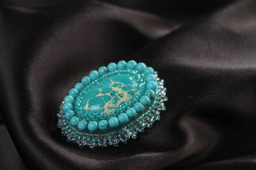 Small oval handmade beaded brooch with turquoise and varistsite natural stones - MADEheart.com