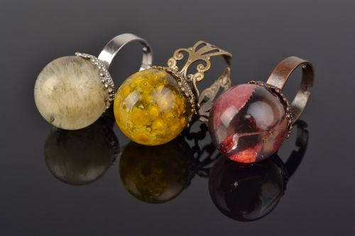 Set of handmade botanical rings with real flowers and berries coated with epoxy 3 items - MADEheart.com