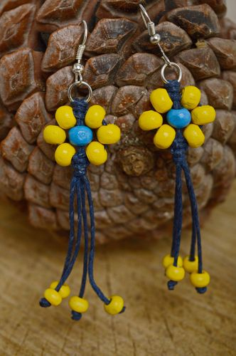 Macrame earrings with wooden beads - MADEheart.com