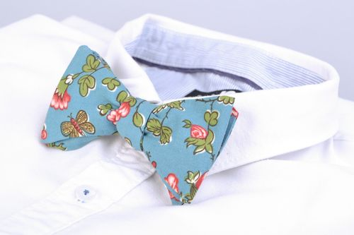 Handmade bow tie sewn of American cotton with flower pattern on blue background - MADEheart.com