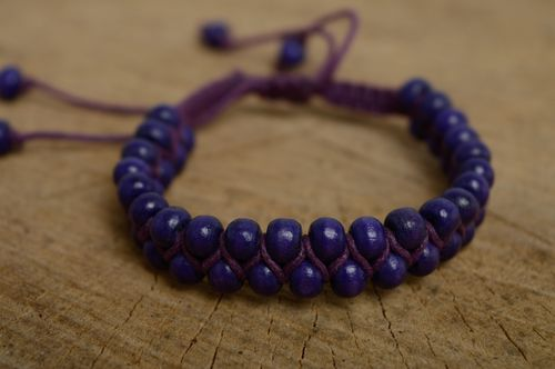 Violet macrame bracelet made of waxed cord and wooden beads - MADEheart.com