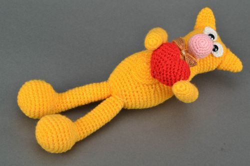 Soft crochet toy in the shape of yellow cat with heart - MADEheart.com