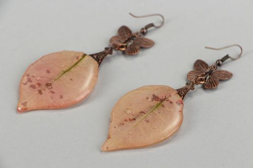 Long earrings made ​​of copper and epoxy resin with natural leaf - MADEheart.com