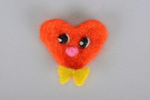 Childrens woolen brooch Heart with bow - MADEheart.com