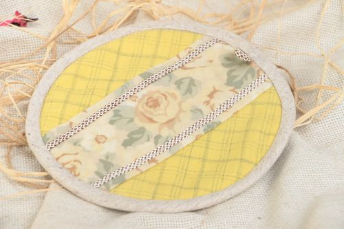 Handmade round cotton fabric designer pot holder of light color - MADEheart.com