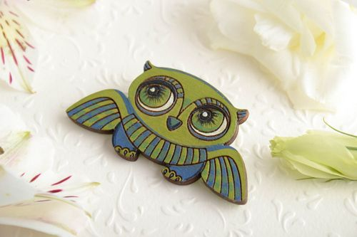 Handmade small wooden animal brooch painted with acrylics green flying owl - MADEheart.com